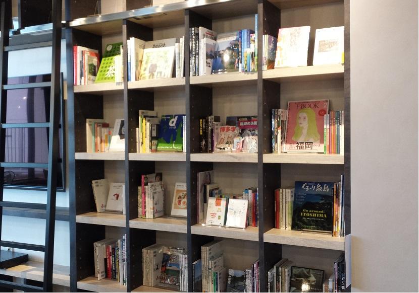 「WeBase HAKATA」のラウンジ書棚の選書を担当しました。